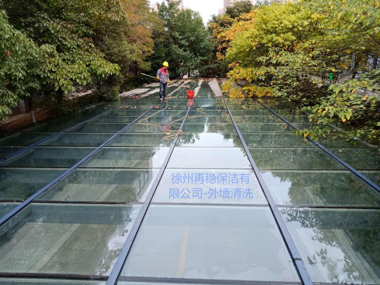 市政府一期雨棚清洗带LG.jpg